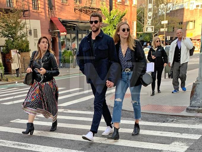 Liam và Maddison Brown dành cả ngày thứ 5 hẹn hò ở New York. Cặp đôi tay trong tay tản bộ ngắm cảnh, sau đó tới một nhà hàng ăn trưa.