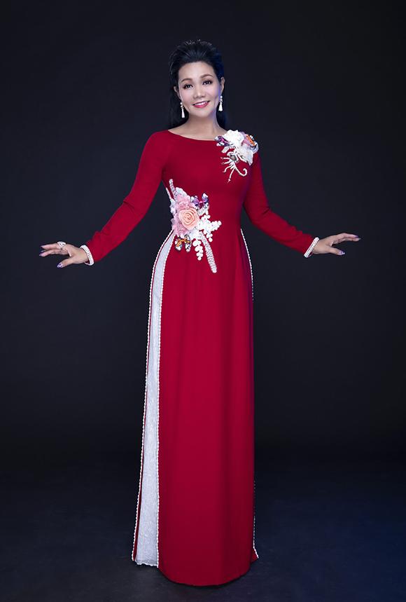 Ngọc Huyền sinh năm 1970. Cô  đi hát từ năm 14 tuổi và đạt  nhiều thành tích như hai huy chương vàng hội diễn chuyên nghiệp toàn quốc (1990, 2000), huy chương vàng giải  Trần Hữu Trang 1991, giải Mai vàng các năm 1995, 1996, 1997 và 2002... Năm 2001, cô được trao danh hiệu Nghệ sĩ ưu tú.