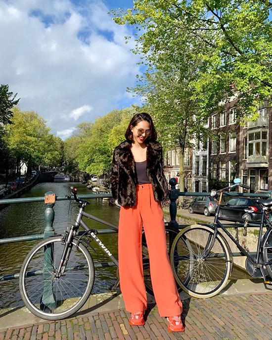 Là một cô nàng nghiện quần ống rộng, Minh Triệu luôn có những cách mix-match riêng để tạo nên điểm nhấn cho món đồ mình yêu thích nhất. Dạo phố Hà Lan vào mùa thu, siêu mẫu chọn thêm áo lông để mix cùng quần cam ton-sur-ton giày sneaker.