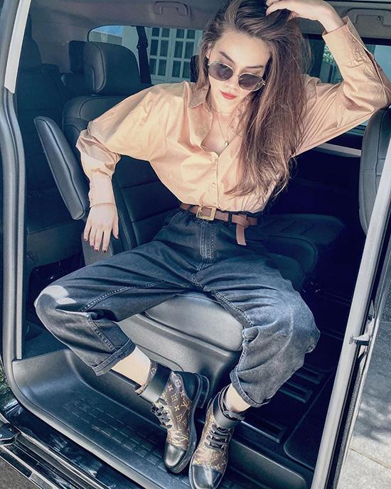 Chọn trang phục theo phong cách trẻ trung và cá tính xuống phố, Hồ Ngọc Hà tạo điểm nhấn bằng cách sử dụng bốt cổ thấphọa tiết monogram của Louis Vuitton.