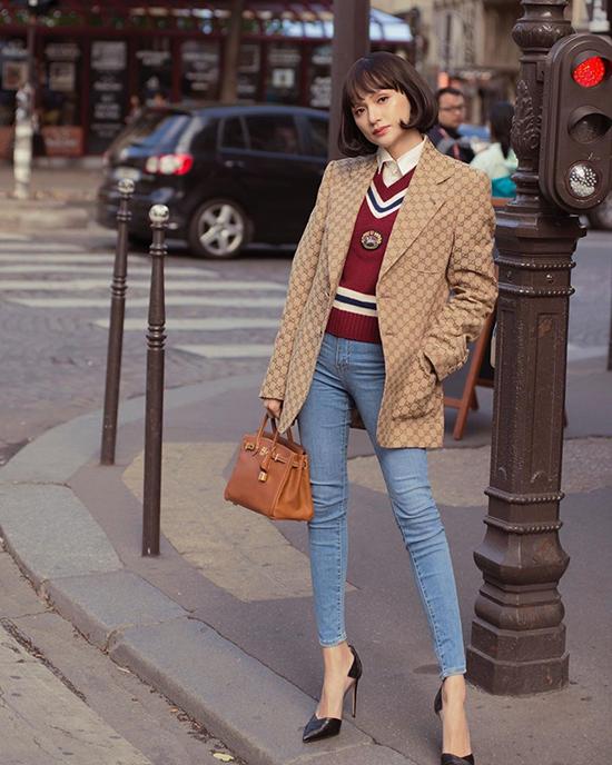 Hương Giang khoe dáng trên phố Prris với phong cách thời thượng. Cô phối quần jeans với sơ mi và áo len, áo blazer củaGucci, túi Hermès tông nâu ấm áp.