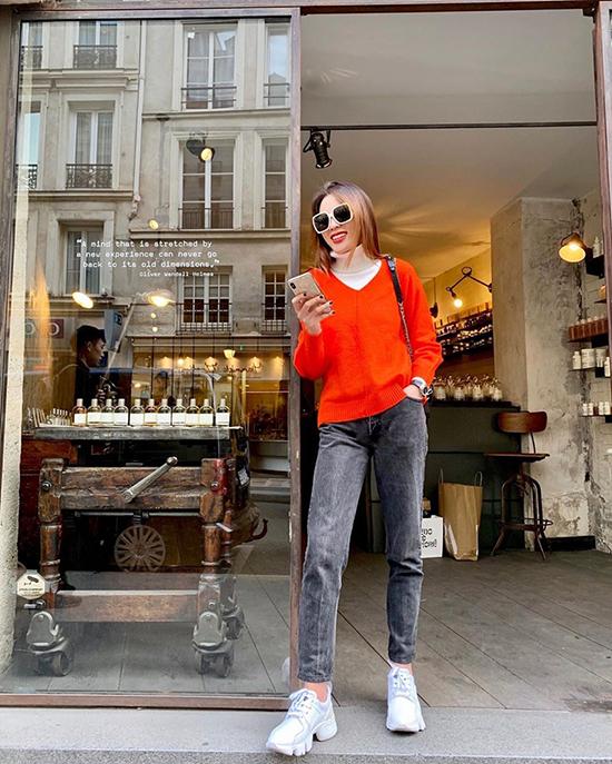 Khi có dịp tận hưởng không khí vào thu ở châu Âu, Kỳ Duyên áp dụng ngay mốt diện áo cổ lọ được các fashionista ưa chuộng. Hoa hậu chọn thêm áo len tông màu nóng để giúp mình nổi bật trên phố.
