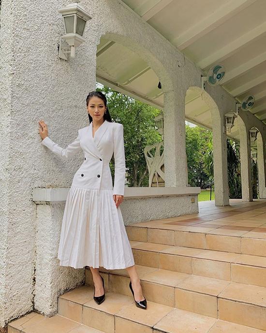 Phương Khánh diện váy theo phong cách thanh lịch được biến tấu bởi áo vest và chân váy xếp ly. Trang phục thanh lịch nhưng vẫn giúp hoa hậu tôn đường cong bởi phần siết eo tinh tế.
