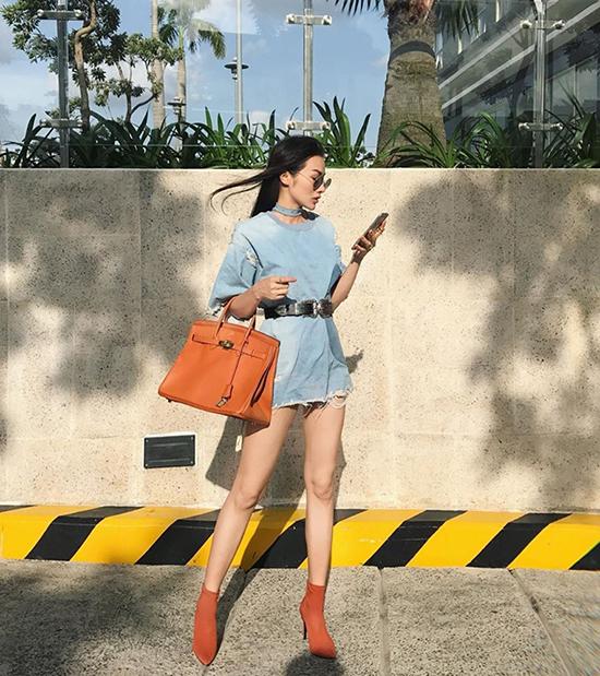 Trương Nhi chọn túi Hermes đồng điệu sắc màu bốt mũi nhọn khi diện váy denim xuống phố.