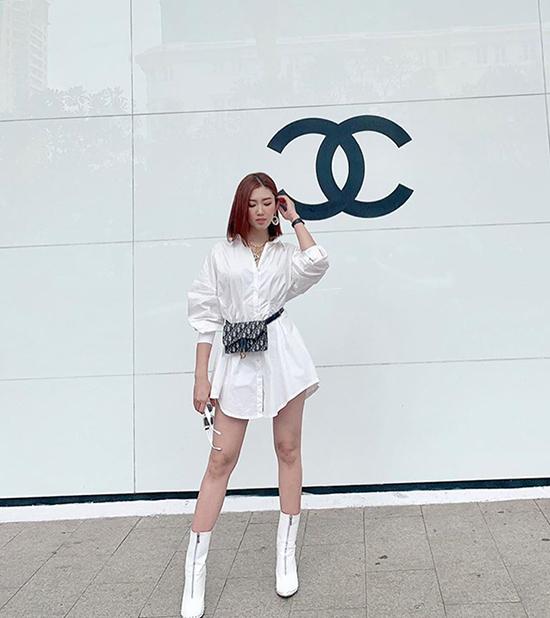 Thuý Vân cá tính xuống phố với cách mix túi đeo hông Dior, bốt cao cổ cùng kiểu váy sơ mi trẻ trung.