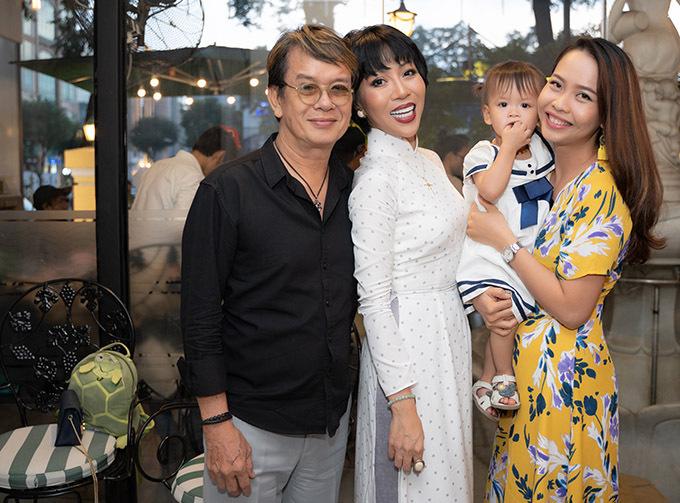 Đức Huy và Trác Thuý Miêu từng tham gia nhiều chương trình truyền hình cùng nhau. Nhân dịp nữ MC ra cuốn tuỳ bút viết về Sài Gòn, nhạc sĩ đưa bà xã kém 44 tuổi và con thứ năm tới chúc mừng.