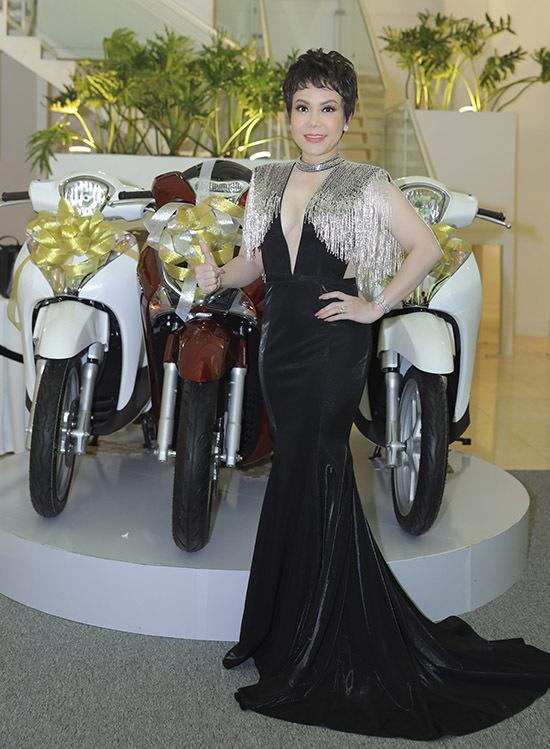 Việt Hương khoe vẻ gợi cảm khi diện váy xẻ sâu tới eo chủ trì buổi tiệc tại TP HCM.