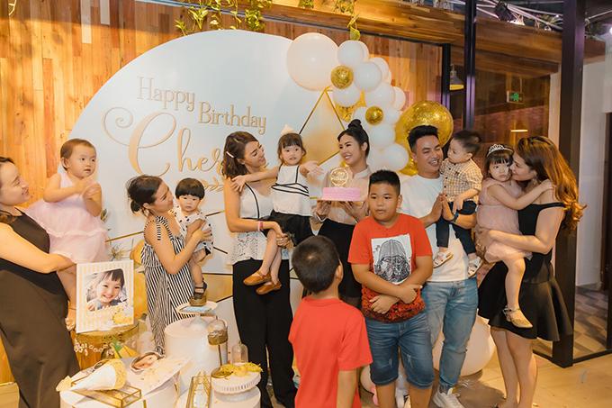 Hồng Quế cũng mời một số người thân, bạn bè đến chung vui cùng con gái.