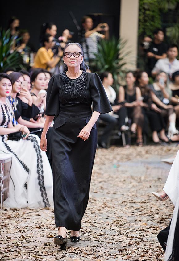 Show Im Going còn có sự tham gia trình diễn của một số người cao tuổi, trong đó có phụ huynh của cựu người mẫu Hạ Vy. Bố cô năm nay 64 tuổi, mẹ 63 tuổi (ảnh), sở hữu chiều cao không thua kém các model chuyên nghiệp.