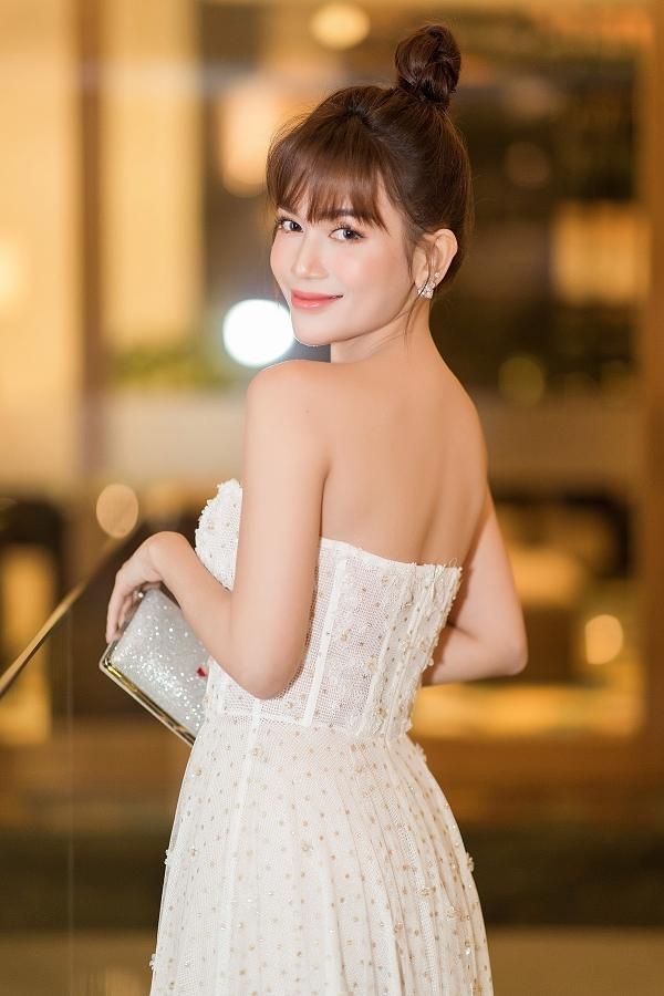 Người đẹp tâm sự, Huỳnh Phương là một người cầu toàn, tỉ mỉ và rất ấm áp. Ở bên cạnh anh, cô cảm thấy thoải mái, tin tưởng mọi thứ.