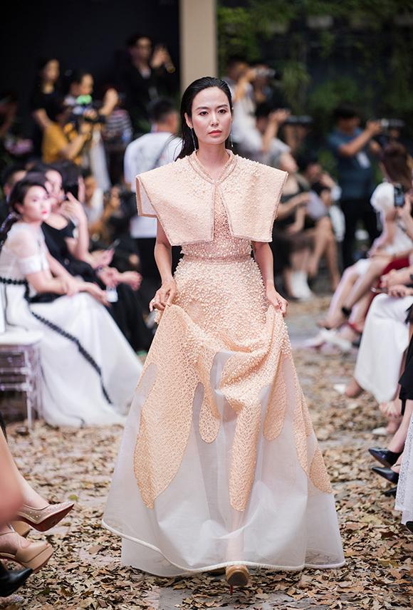 Hoa hậu Việt Nam 1994 Thu Thủy là một trong bốn vedette của bộ sưu tập dạ tiệc. Bà mẹ hai con vẫn giữ được nhan sắc tươi trẻ, thân hình thon gọn ở tuổi 43.