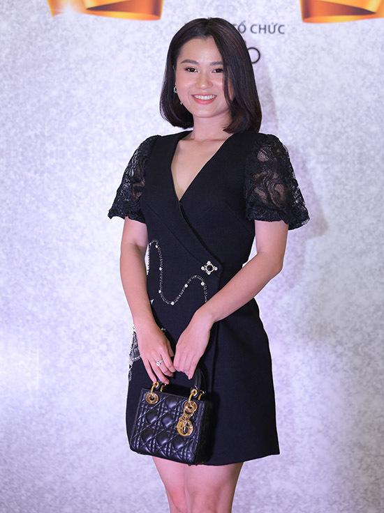 Diễn viên Lâm Vĩ Dạ thanh lịch với váy áo, phụ kiện ton-sur-ton đen.