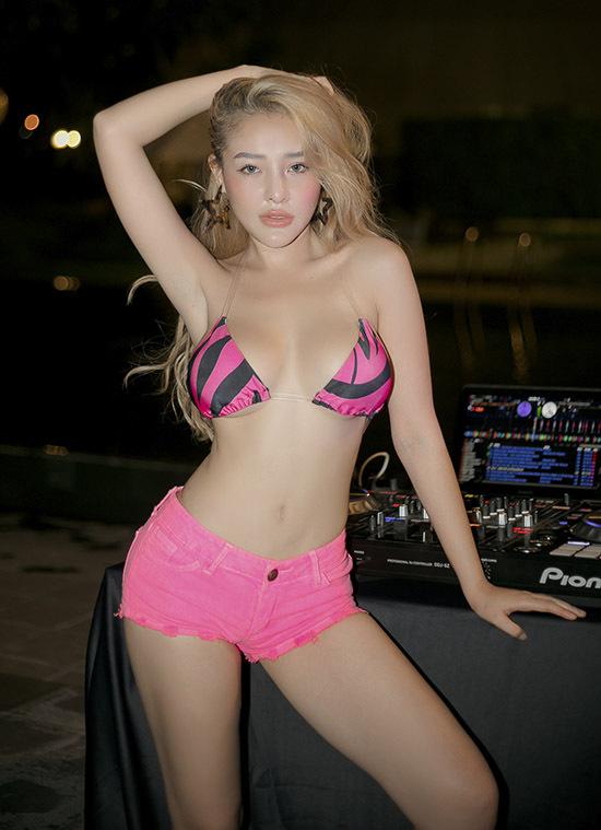 Ngân 98 thay trang phục, khoe vẻ sexy và trổ tài chơi nhạc, khuấy động sinh nhật nhà thiết kế Văn Thành Công.