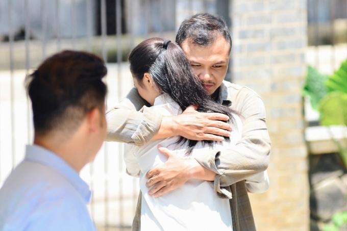 Sau nhiều năm, người chồng quay trở về tìm vợ con. Dù em trai ra sức ngăn cản, người chị vẫn mở lòng, chấp nhận tha thứ để gia đình được đoàn tụ.