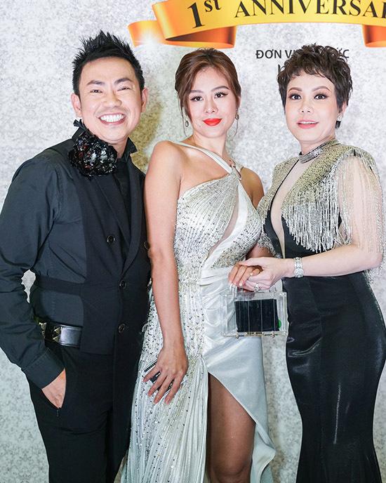 Nghệ sĩ Hoài Tâm cười tươi khi hội ngộ diễn viên Nam Thư ở đêm tiệc do Việt Hương tổ chức.