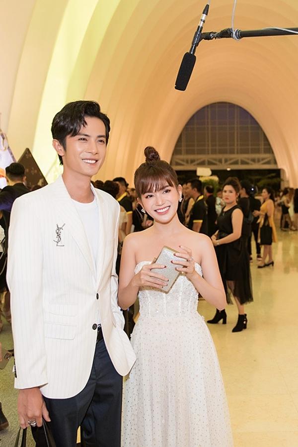 Nhân kỷ niệm 3 tháng yêu nhau, Huỳnh Phương đã chi hơn 100 triệu mua iPhone 11 Pro Max màu xanh rêu và túi xách hiệu Chanel tặng bạn gái. Điều này khiến cả hai bị chỉ trích nhưng Huỳnh Phương thẳng thắn đáp trả, bảo vệ bạn gái.