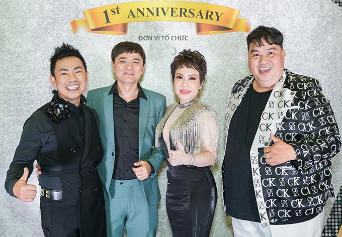 Đạo diễn Quốc Thảo (vest xanh) và diễn viên hài Hoàng Mập chúc mừng Việt Hương thành công khi lấn sân sang lĩnh vực kinh doanh mỹ phẩm.