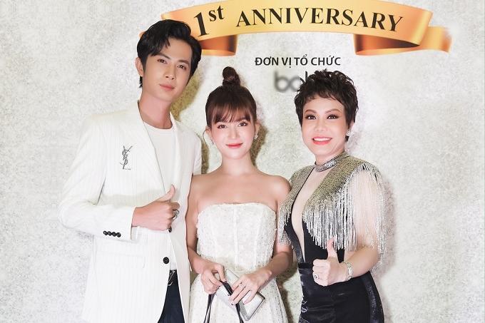 Cặp đôi chúc mừng sinh nhật nghệ sĩ Việt Hương - chủ nhân buổi tiệc.