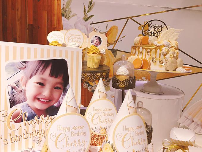 Không gian tiệc được trang trí chủ đạo với màu trắng và vàng.