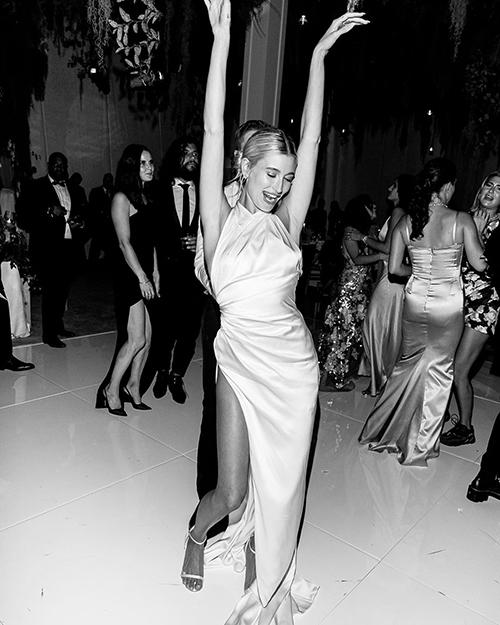 Vợ Justin Bieber diện váy cưới với giày thể thao - 1