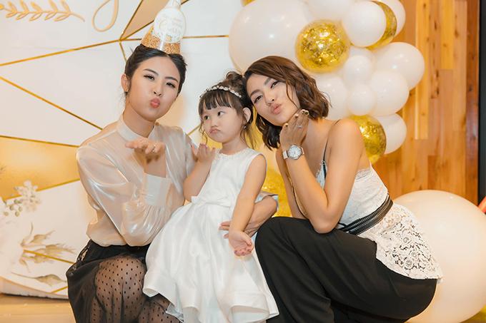 Hoa hậu Ngọc Hân là khách mời đặc biệt trong tiệc sinh nhật. Ngày Hồng Quế sinh con, Ngọc Hân đã túc trực ở bệnh viện cùng bố mẹ Hồng Quế, cô là người đỡ đầu cho Cherry.