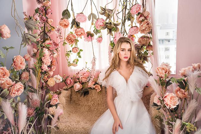 Những cánh hoa đa sắc màue ấp trong làn sương đêmtrở thành niềm cảm hứng bất tận để NTK Helen Phương sáng tạo nên cácmẫu đầm cưới nữ tính, yêu kiều.