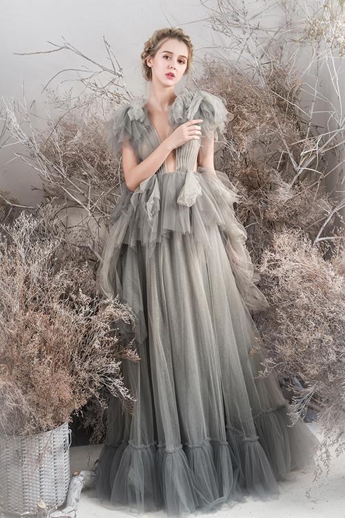 Váy cưới có nhiều tầng đòi hỏi người thực hiện phải khéo léo, tỉ mỉ và có sự tinh tế. Điểm nhấn chủ đạo ở mẫu đầm là các lớp voan xếp chồng nơi cầu vai, eo.