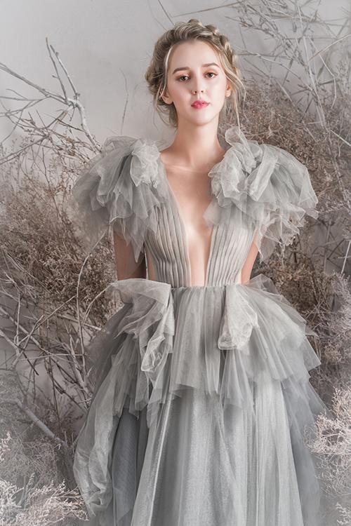 NTK may thêm lớp vải voan mỏng nơi ngực áo, giúp cô dâu khoe ngực đầy mà vẫn giữ được sự an toàn cho các khoảng hở.