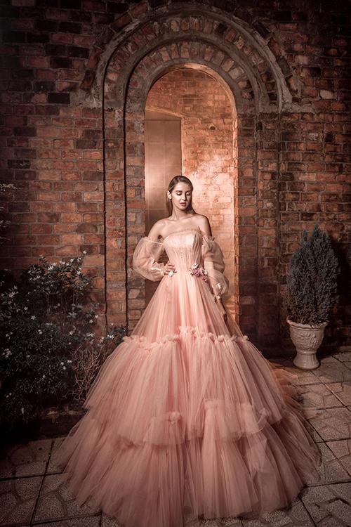 Váy cưới hồng có độ xòe bồng bềnh, tự nhiên nhờ việc khéo léo xử lý chất liệu vải.