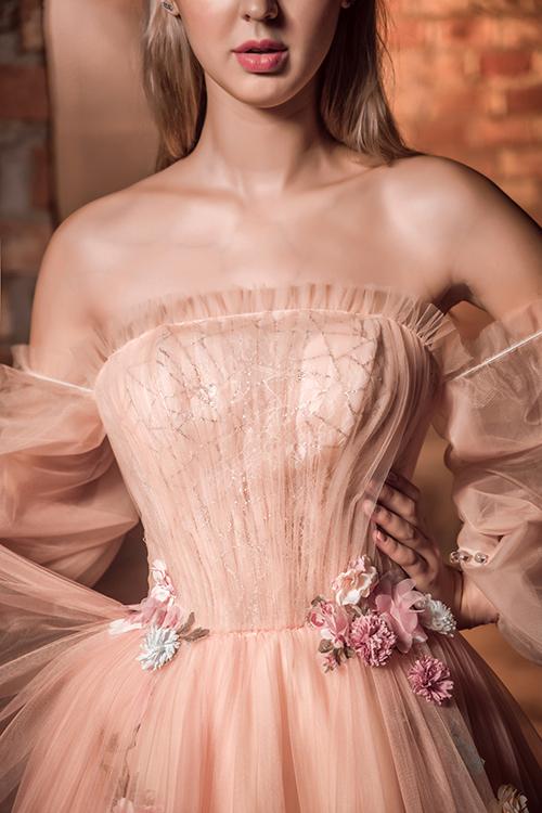 Ngực váy có các đường gân bắt sáng, giúp cô dâu thêm nổi bật.