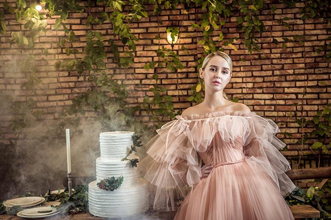 Mẫu váy dành cho cô dâu chuộng sự nữ tính, ngọt ngào.