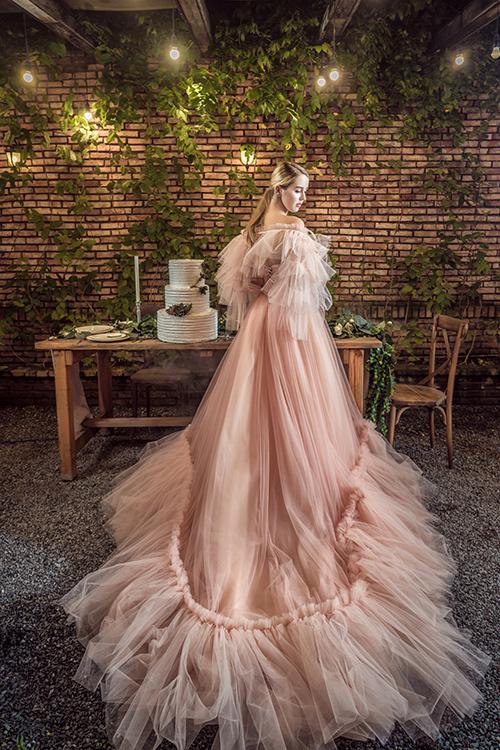 Phần đuôi váy dài giúp cô dâu quyến rũ trong từng bước đi.