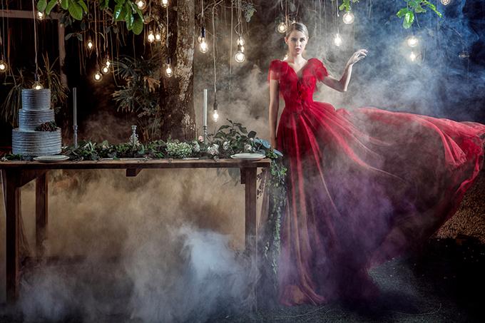 Váy xòe mang tông đỏ rực rỡ là lựa chọn của cô dâu cá tính.