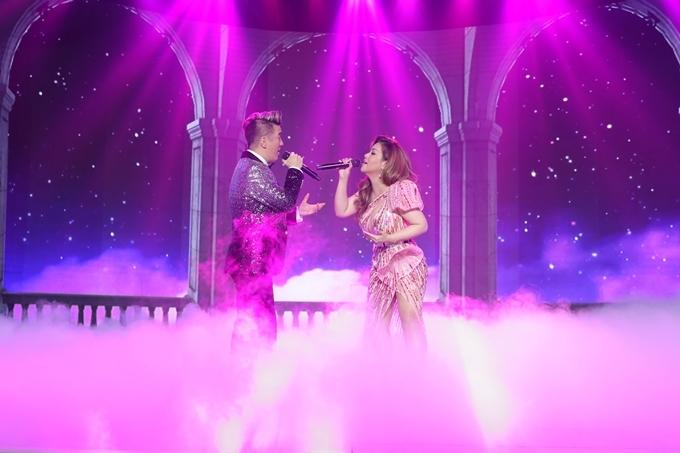 Màn trình diễn của Đàm Vĩnh Hưng và Mình Tuyết tạo điểm nhấn cho đêm tiệc, thay lời chúc mừng tới Việt Hương.