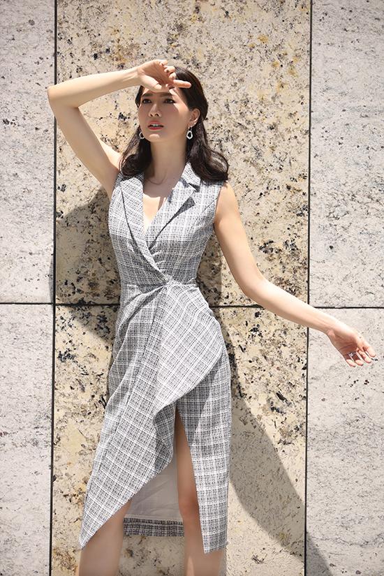 Ngoài tông đen, nhà thiết kế Nguyễn Hà Nhật Huy còn giới thiệu váy vest biến thể trên vải bố sọc mang đường nét trẻ trung.