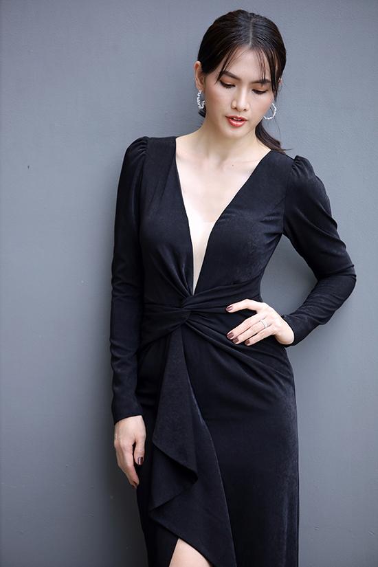 Váy đơn sắc được tăng sức hút nhờ kỹ thuật xoắn vải, cut-out sắc nét.