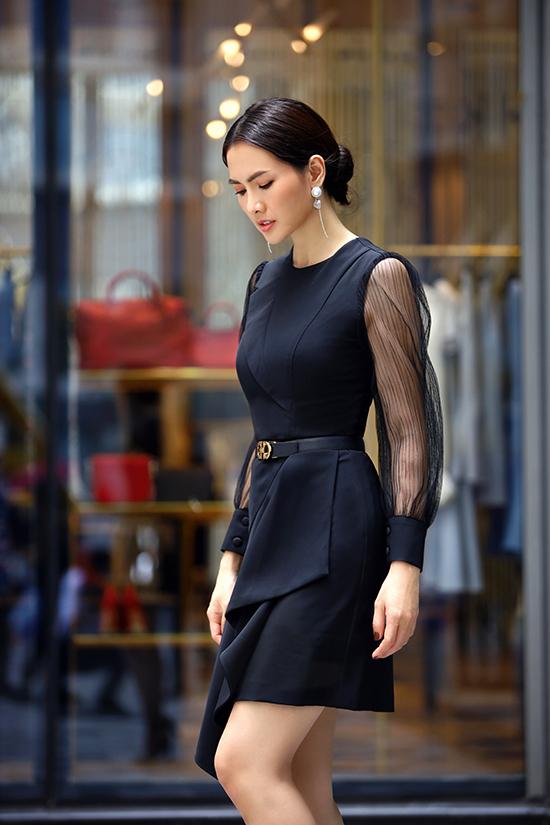 Trang phục đi tiệc trở nên điệu đà hơn nhờ cách phối hợp các chất liệu vải tweed, vải lưới phần tay áo trên váy lụa dáng ngắn.
