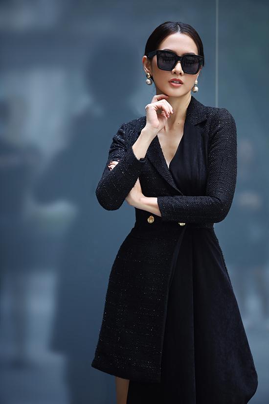 Trong bộ ảnh mới thực hiện, siêu mẫu Anh Thư giới thiệu các mẫu đầm đi tiệc dành cho phụ nữ hiện đại yêu phong cách thanh lịch, sexy.
