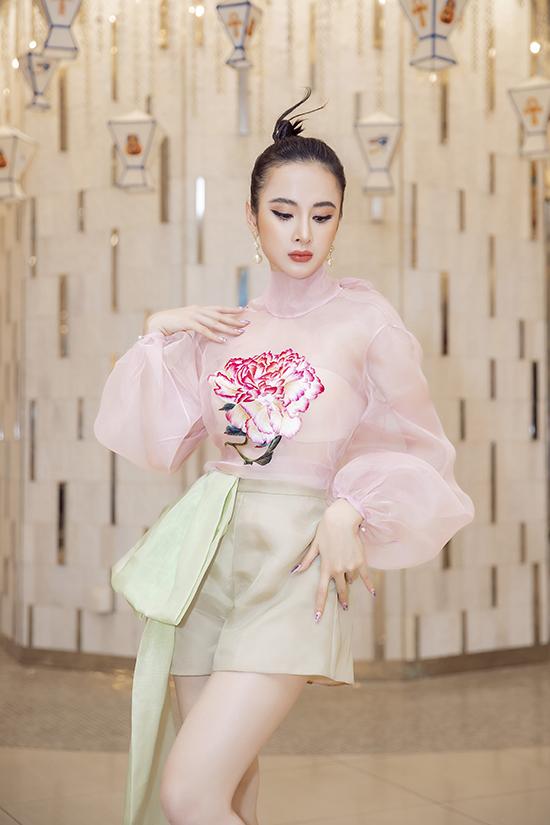 Set đồ gây ấn tượng nhờ kiểu áo trong suốt được trang trí hoa thêu tỉ mỉ. Đây là mẫu thiết kế nằm trong bộ sưu tập vừa được trình làng tại London Fashion Week của nhà mốt Việt.