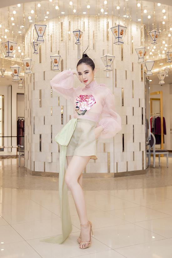 Góp mặt tại sự kiện tổ chức ở TP HCM, Anglea Phương Trinh chọn mẫu thiết kế mới nhất của Trần Hùng để chưng diện.