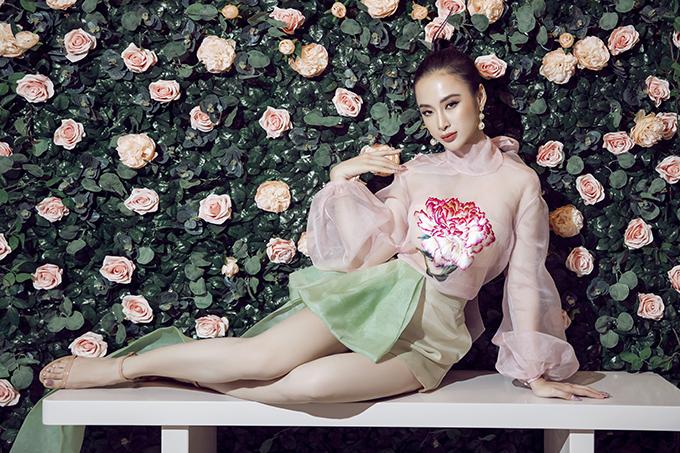 Angela Phương Trinh tranh thủ tạo dáng chụp ảnh khi đến tham gia sự kiện giới thiệu thương hiệu thời trang nội y nổi tiếng.