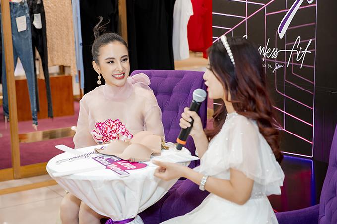 Angela Phương Trinh giao lưu cùng MC và các khách mời tham gia buổ giới thiệu dòng sản phẩm mới cho phái đẹp ở mùa thu đông 2019.