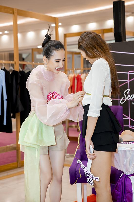 Nữ nữ diên viên nhiệt tình tư vấn cùng các bạn gái cách chọn trang phục nội y phù hợp với từng bối cảnh và trang phục khác nhau.
