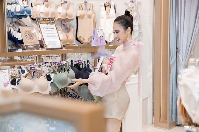 Theo Angela Phương Trinh, nội y là người bạn không thể thiếu của mọi cô gái. Bởi đây là trang phục không chỉ giúp ngược mặc tôn nét gợi cảm mà còn hỗ trợ đắc lực phái đẹp trong việc tôn ưu điểm và che khuyết điểm hình thể.