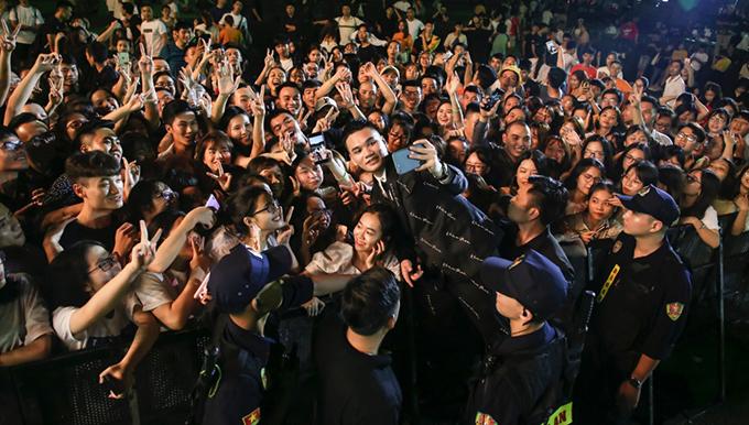 Khắc Việt níu chân khán giả đến gần nửa đêm. Anh thể hiện hơn 20 ca khúc gắn với tên tuổi của mình như:Rất gần rất xa, Đêm trắng, Quên, Như vậy nhé,...