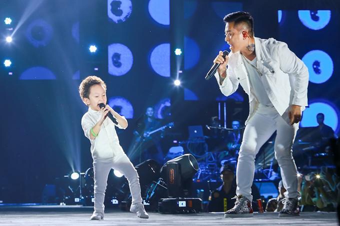 Khi Tuấn Hưng đang biểu diễn, con trai lớn của anh - bé Su Hào - bất ngờ được đưa lên sân khấu. Cậu bé được bố đưa cho một chiếc micro,tỏ ra rất tự tin khi vừa hát vừa nhảy. Phút ngẫu hứng của hai bố con ca sĩ Tuấn Hưng được khán giả cổ vũ cuồng nhiệt.