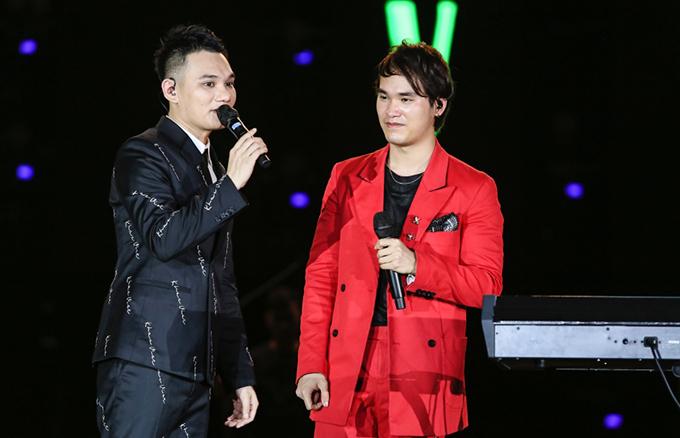 Liveshow của Khắc Việt có những giây phút lắng đọng, xúc động khi nam ca sĩ tâm sự về Khắc Hưng. Nam ca sĩ cho biết, em trai góp phần không nhỏ trong thành công của chương trình.