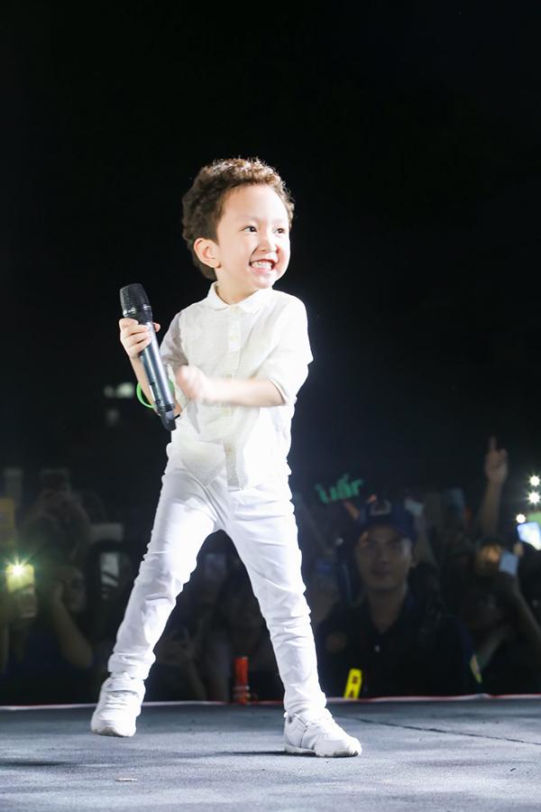Tuấn Hưng tếu táo, con trai Su hào còn hot hơn cả bố. Cậu bé năm nay 5 tuổi, tỏ ra rất dạn dĩ trước đám đông và từng được lên sân khấu với bố nhiều lần.