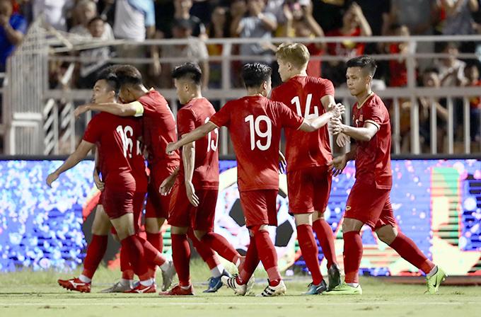 Việt Nam mừng bàn gỡ hoà 1-1 của Đức Chinh. Ảnh: Đức Đồng.