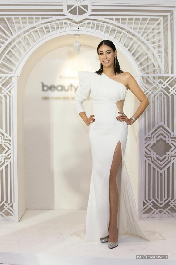 Hoa hậu Hà Kiều Anh là ngôi sao đầu tiên có mặt ở buổi tiệc.